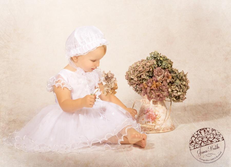 Kleine Lady mit Hortensien