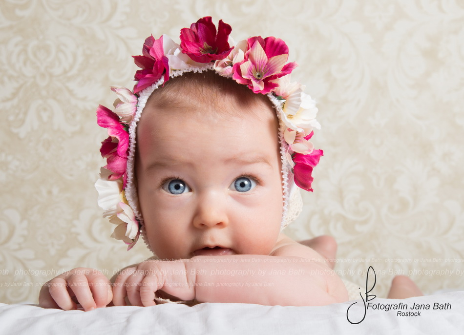 Baby Girl 5 Monate, Blümchenhaube Fotostudio Jana Bath