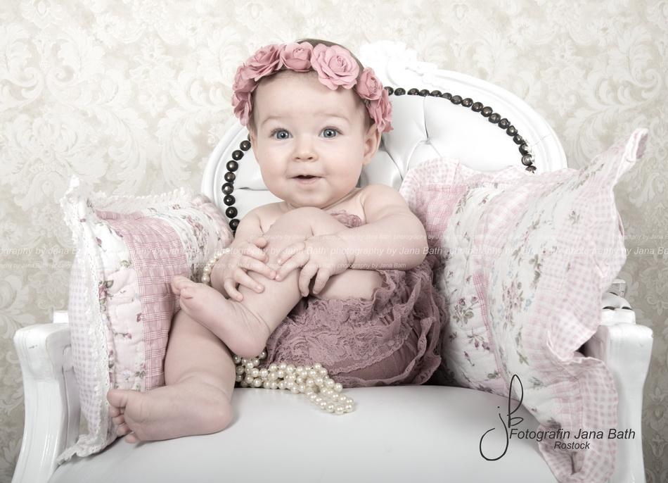 Baby Girl 5 Monate, Rüschenromper und Haarband Fotostudio Jana Bath