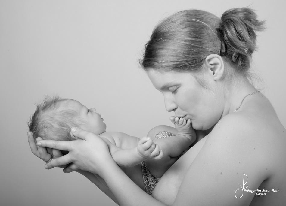 Newborn Baby Boy mit Mami