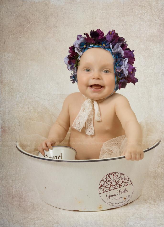 Wonneproppen fast 7 Monate jung mit blauem Baby-Bonnet