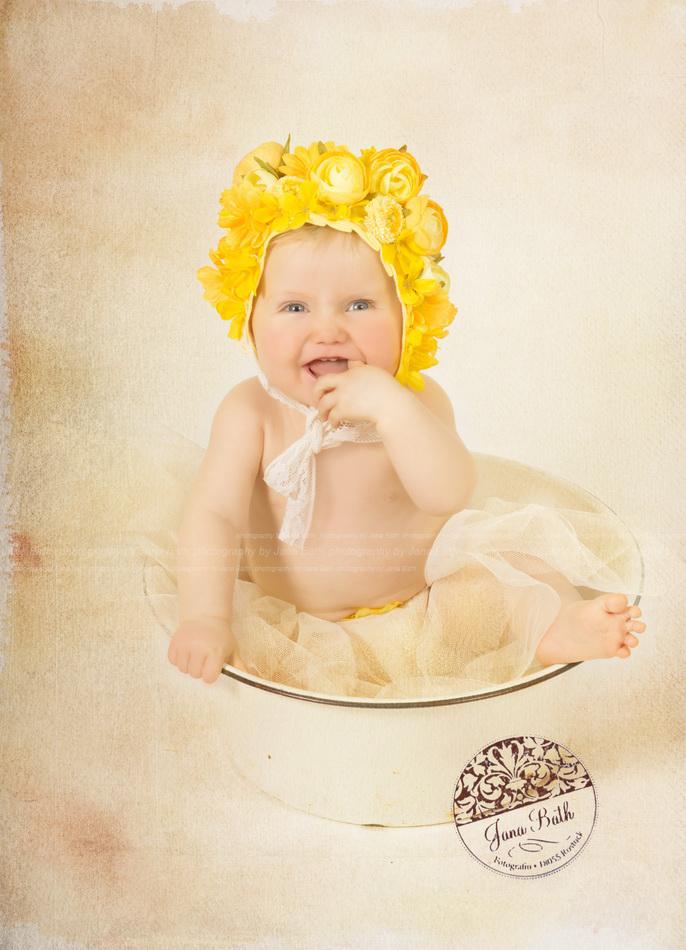 Wonneproppen mit Blümchen-Bonnet 10 Monate jung