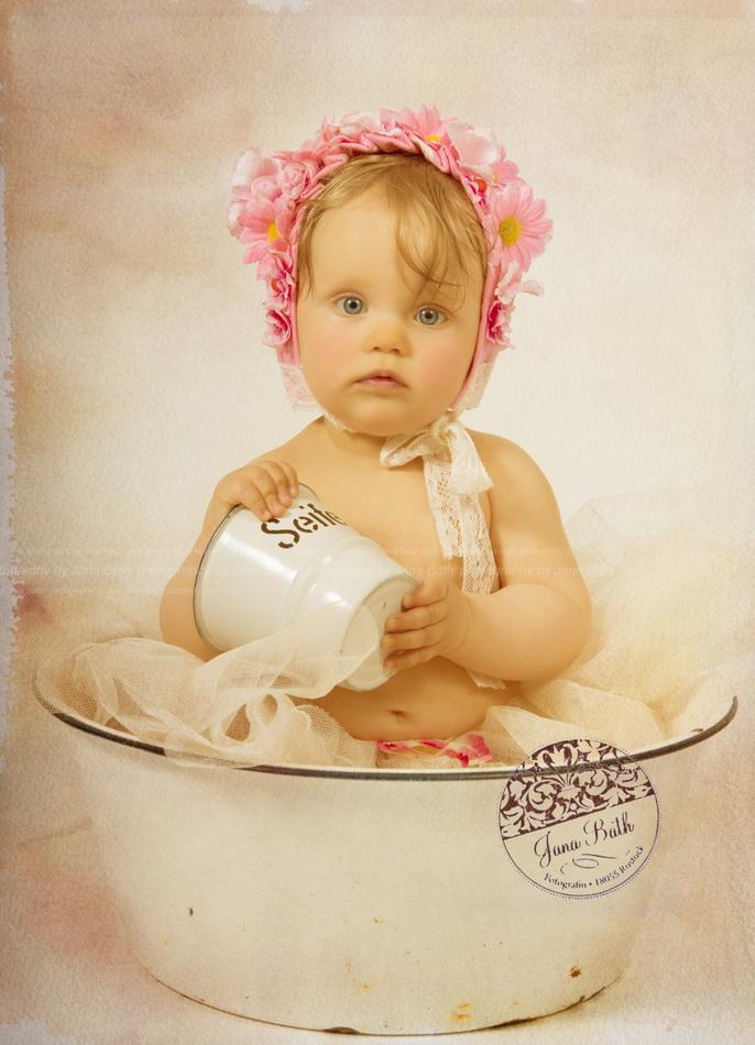 Wonneproppen mit Blümchen-Bonnet 8 Monate jung