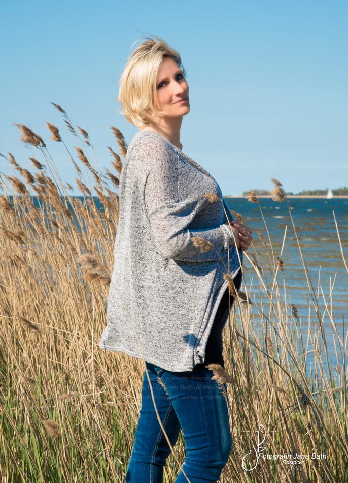 Am Schilfgürtel vom Peenestrom in Freest - Schwangere mit Babybauch