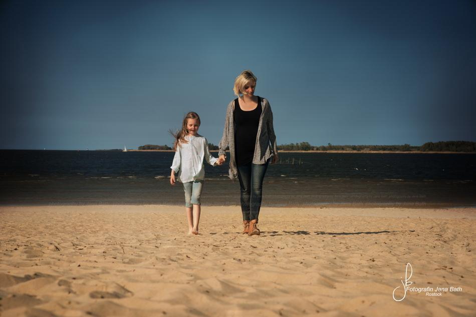 Babybauchshooting mit Geschwisterkind am Strand von Freest