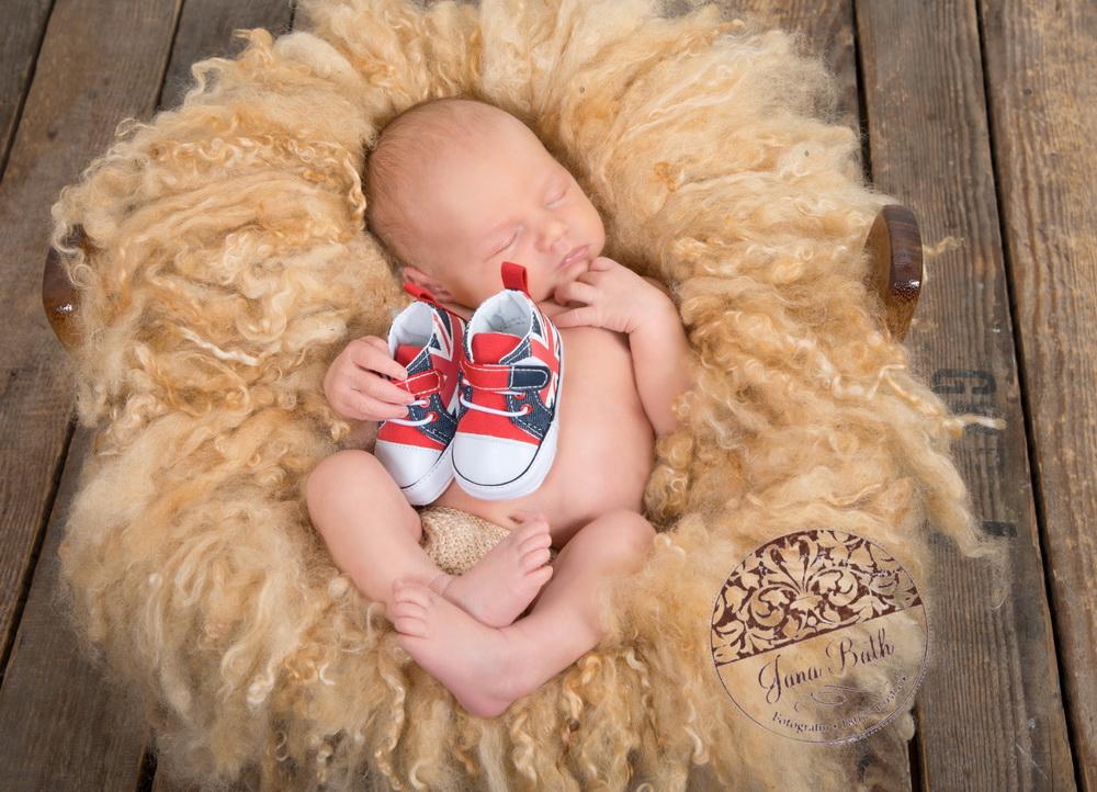 kleiner Junge mit großen Schuhen