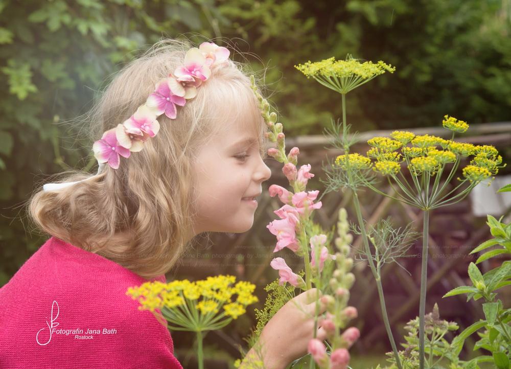 6-jähriges Mädchen in Omis Garten - Foto Jana Bath 2017