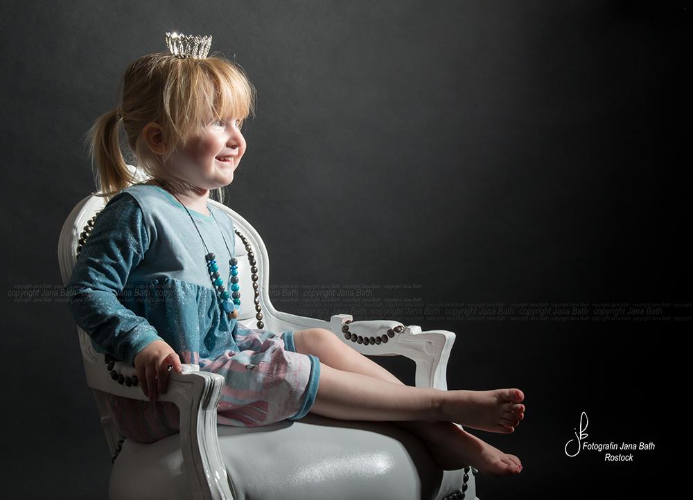 Kleine Prinzessin mit Krönchen - während eines Schwangerschaftsshootings entstanden - Foto Jana Bath 2017