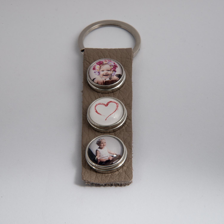 Schlüsselanhänger 3-fach, inkl. 3 personalisierte Pins, Leder, (Farben schwarz und weiß erhältlich) 19,- Euro - Foto Jana Bath Rostock