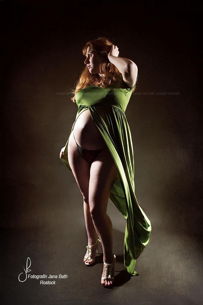 Babybauch im grünen Schwangerschaftskleid - Foto Jana Bath Rostock
