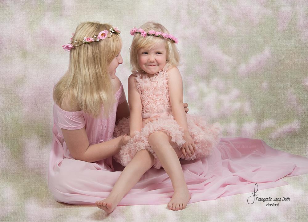 SISTERS - Garderobe Studio Jana Bath/ Foto Jana Bath 2018 - Hintergrund Texture Blend Verfahren
