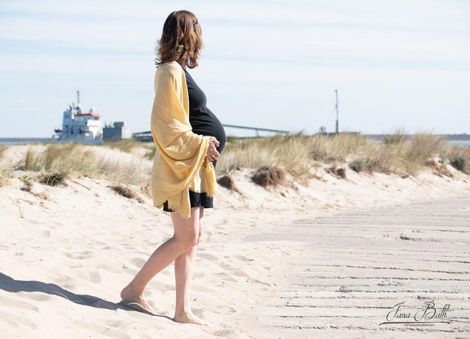 Babybauchfotoshooting am Strand von Warnemünde mit vielen maritimen Details. Foto Jana Bath 2020